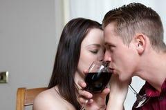 Un vino bevente delle giovani coppie Immagini Stock Libere da Diritti