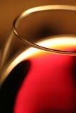 Un vino rojo de cristal Imágenes de archivo libres de regalías