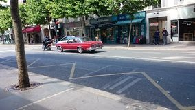 Un vintage Mercedes Benz dans les rues de Paris, France photos stock