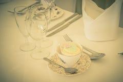 Un vintage que se casa la torta de la taza en taza de té Imagen de archivo