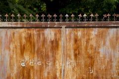 Un vintage s'est rouillé la porte en acier sur la fermeture permanente et la barrière devenante La porte en acier a une certaine  photo stock
