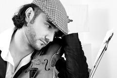 Un violinista joven con su violín Imagenes de archivo
