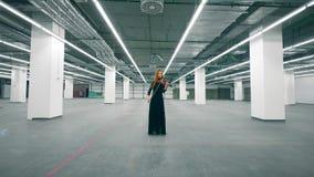 Un violinista que toca el instrumento en un cuarto solamente almacen de metraje de vídeo