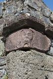 Un visage a découpé dans la colonne en pierre à l'abbaye d'Innisfallen Images libres de droits