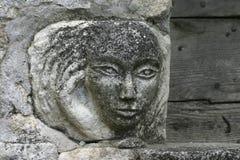 Un visage en pierre découpant en Oppède le Vieux dans le Luberon Images libres de droits
