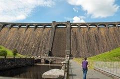 Un visiteur regardant un des barrages pendant l'été de la vallée d'élan du Pays de Galles Photographie stock libre de droits