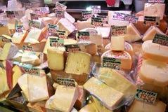 Un vistazo efímero en los quesos de la cabra y de la oveja de los cheesemonger italianos locales, y alguna vaca Imagen de archivo libre de regalías