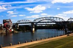 Un viw du pont en rue de région boisée en centre-ville Nashville Image stock