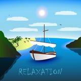 Un voilier simple-mâté dans la belle baie Plage, palmiers et mer Ciel bleu, nuages blancs, mouettes Relaxation Photo libre de droits