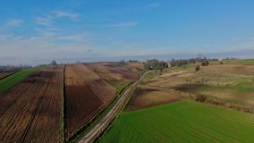 Un vol au-dessus des champs cultivés clips vidéos