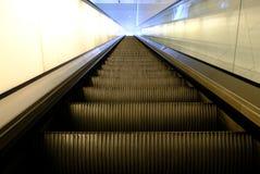 Un vol d'escalator dans une station images stock