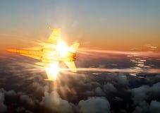 Un volo del combattente vicino all'oblò di un aereo passeggeri contro fotografia stock libera da diritti