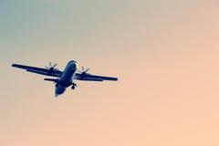 Un volo dell'aeroplano nel cielo Fotografia Stock