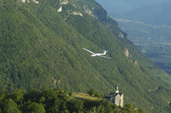 Un volo dell'aliante sopra la chiesa della st Michel fotografie stock libere da diritti