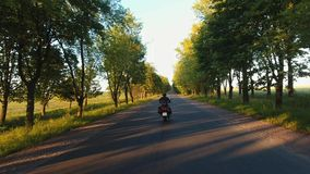 Un volo sopra la strada un giro del motociclo archivi video