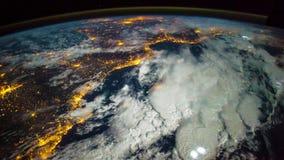 Un volo sopra la superficie del ` s della terra, presa da una stazione spaziale Elementi di questo video ammobiliato dalla NASA stock footage