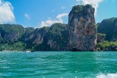 Un voyage avec un bateau en mer de turquoise et quelques roches en Thaïlande - Bilder images stock