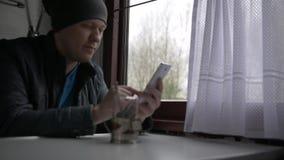 Un voyage du ` s d'homme dans un train banque de vidéos