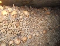 Un voyage par les catacombes de refroidissement de Paris image libre de droits