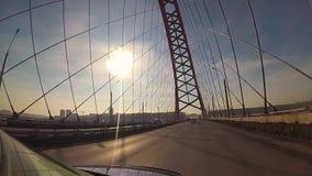 Un voyage sur un pont câble-resté dans le jour ensoleillé banque de vidéos