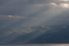 Un voyage vers le lac dans les montagnes Images stock