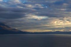 Un voyage vers le lac dans les montagnes Photos libres de droits