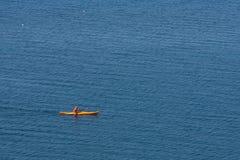 Un voyage vers le lac dans les montagnes Photo libre de droits
