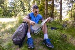 Un voyageur avec une carte Photo stock