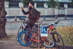 Un voyageur beau de hippie avec une barbe élégante et tatouage sur h image libre de droits