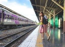Un voyageur, dame de randonneur dans des vêtements sport se tenant et attente photos libres de droits