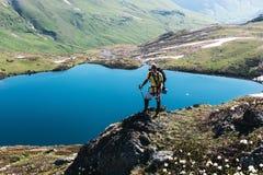 Un voyageur dans les montagnes Photos stock