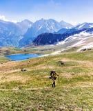 Un voyageur dans les montagnes Images stock