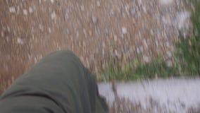 Un voyageur de jeune homme dans le pantalon vert et les bottes noires descend lentement et court alors le long des escaliers avec banque de vidéos