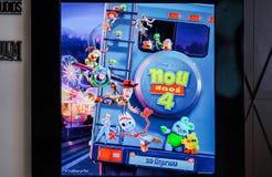 Un voyageur debout de film Toy Story 4 et d'affichages au cinéma, publicité promotionnelle de cinéma photos libres de droits
