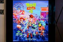 Un voyageur debout de film Toy Story 4 et d'affichages au cinéma, publicité promotionnelle de cinéma image stock