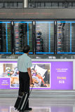 Un voyageur regarde des départs embarquent à l'aéroport de Suvanaphumi Photos libres de droits