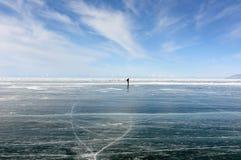 Un voyageur solitaire sur la glace photographie stock