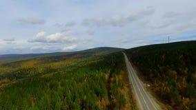 Un vuelo aéreo de la primavera sobre el bosque Rusia Buriatia del otoño del camino almacen de metraje de vídeo