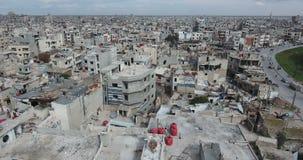 Un vuelo del abejón en una ciudad destruida metrajes
