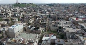Un vuelo del abejón en una ciudad destruida