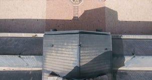 Un vuelo del abejón una mezquita en una ciudad metrajes
