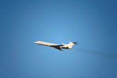 Un vuelo del avión de pasajeros en el cielo claro Imagen de archivo
