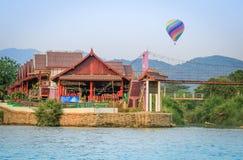 Un vuelo del globo del aire caliente sobre el pueblo pintoresco de Vang Vieng imagen de archivo