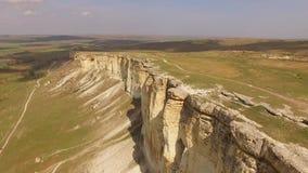 Un vuelo sobre una meseta con las rocas blancas rasgadas de la tierra Opinión del ojo del ` s del pájaro metrajes