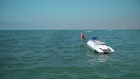 Un waverunner del jet ski parcheggiato sul mare fotografie stock libere da diritti