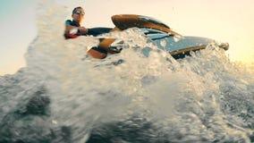 Un waverunner está siendo conducido en las aguas por un profesional masculino almacen de video
