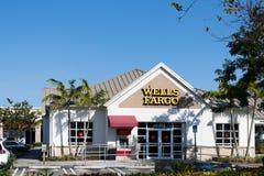 Un Wells Fargo Bank Branch en Jacksonville, la Florida Fundaron en 1929 y tiene actualmente Wells Fargo y a la compañía sucursal  Imagen de archivo libre de regalías