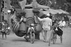 Un willl dell'uomo guida un motociclo Fotografia Stock