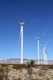Un windfarm del deserto o: nuovi alberi di Joshua? Immagine Stock Libera da Diritti