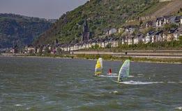 Un windsurfer en el Rin cerca de la ciudad de Bingen fotografía de archivo libre de regalías